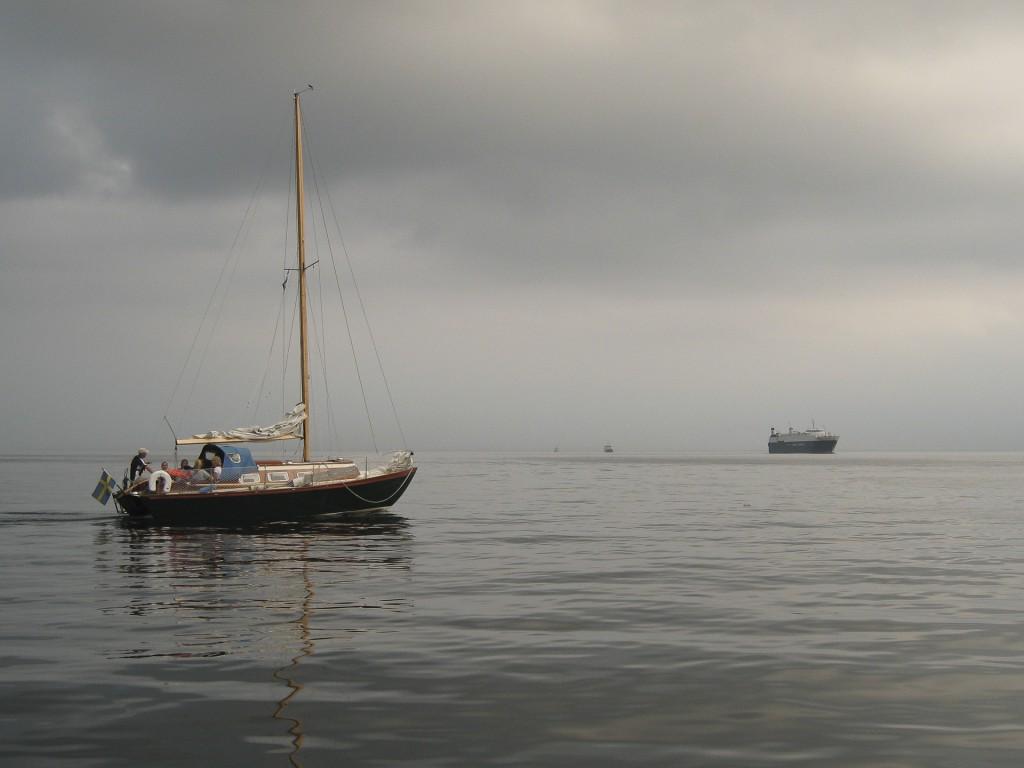 Stiltje så segelbåten får ta till hjälpmotorn för att korsa farleden söder om Ven